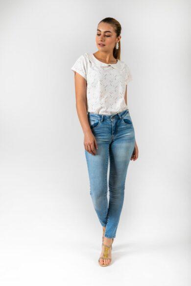 חולצה עם צווארון בייבי ושרוול קצר דגם להוקיר לבן