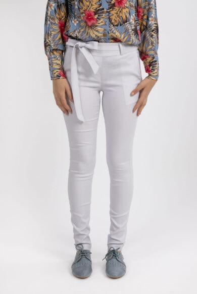 מכנסיים בהירים בגיזרת סקיני עם כיסי קופיקו