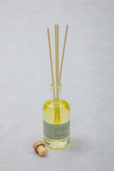 מפיץ ריח בבקבוק שקוף עם מקלות לבנים