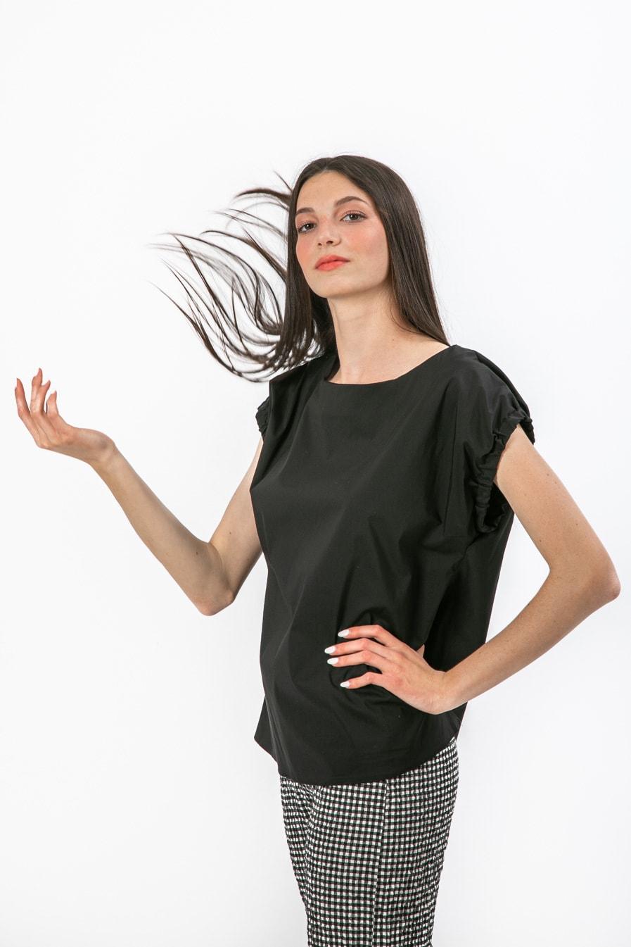חולצה מחויטת בצבע שחור מבד כותנה