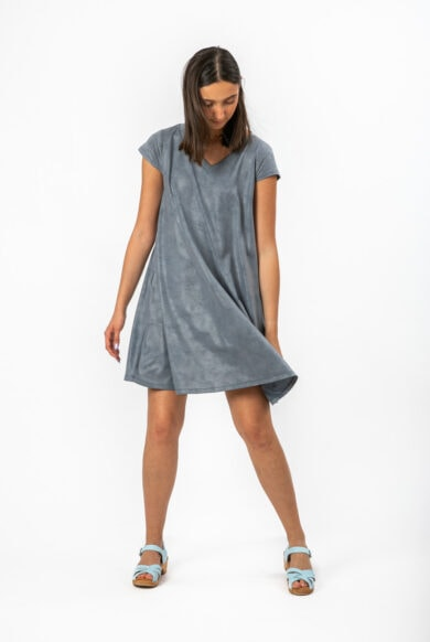 שמלה מעוצבת עשויה מבד דמוי עור בגוון ג'ינס