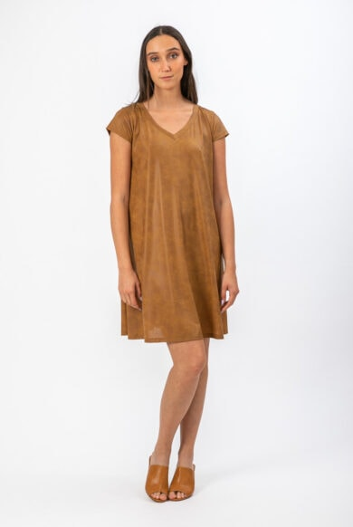 שמלה מעוצבת עשויה מבד דמוי עור בגוון זהב